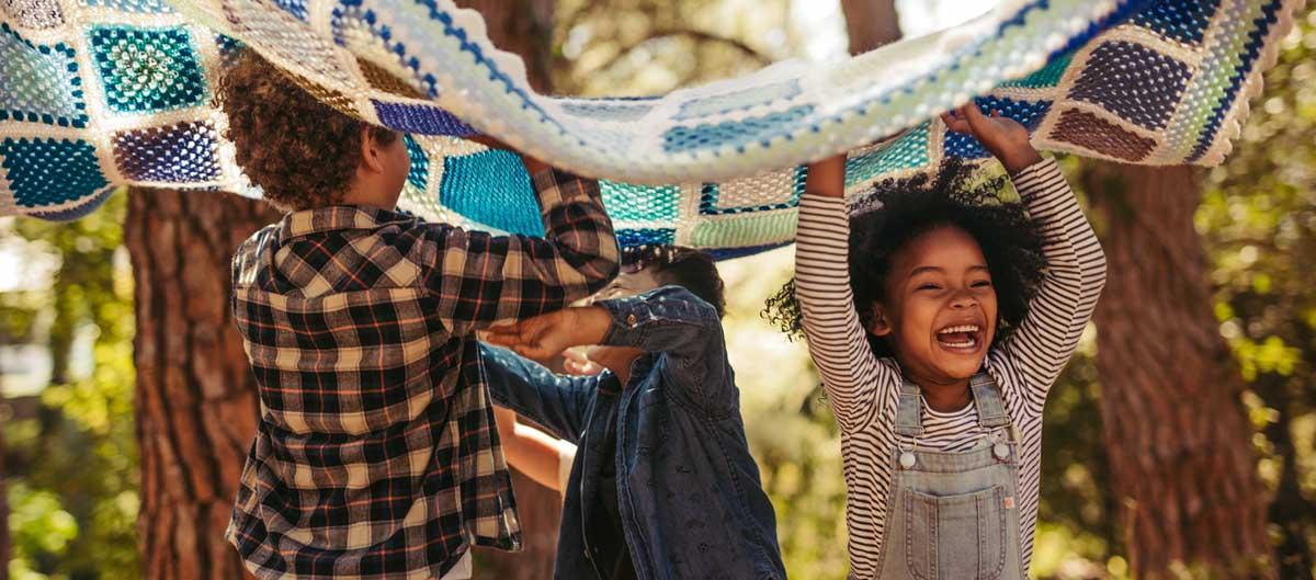 huttopia vacances avec enfants en villages enfants qui jouent dans la foret