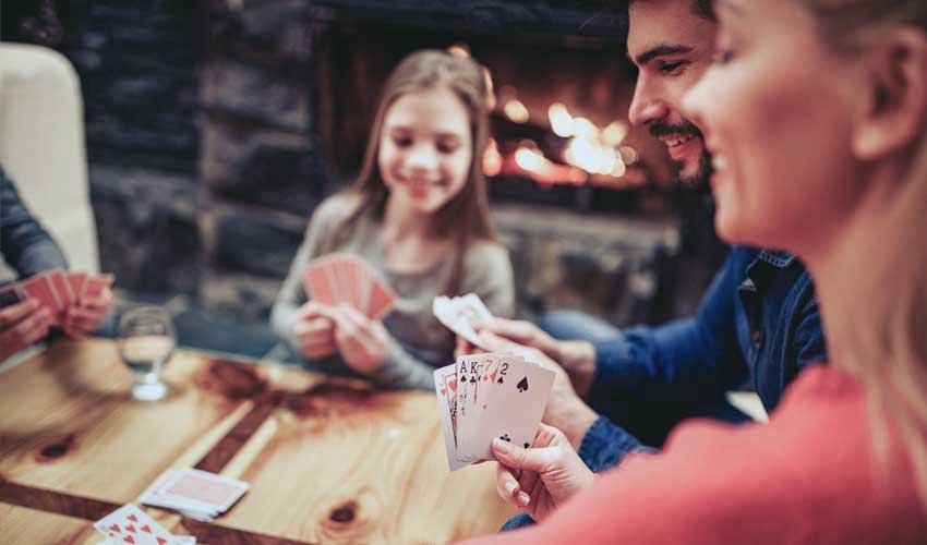nemea residence rando et piscines location de jeux services logments equipements famille qui joue aux cartes