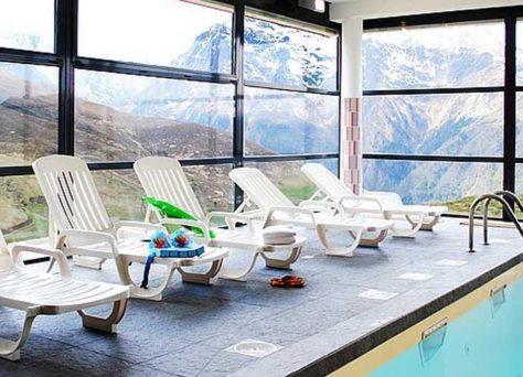 Randonnée et piscine pendant les vacances avec Nemea
