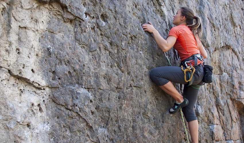 nemea residence sejour montagne en ete escalade femme