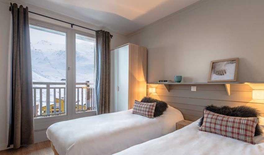 travelski presentation gamme premium chambre donnant sur pistes residence les chalets de rosael$