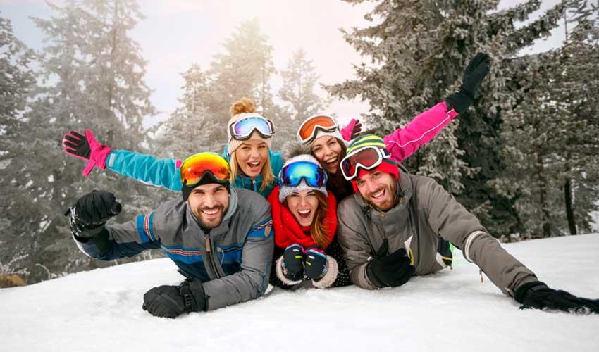 travelski presentation groupe amis en train de faire du ski