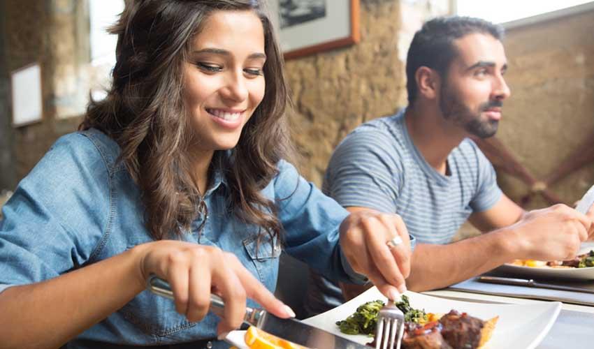 travelski services traiteur et livraison paniers repas femme qui mange