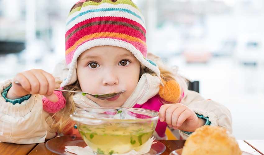 travelski services restauration et traiteur livraison panier pour enfant fille qui boit une soupe