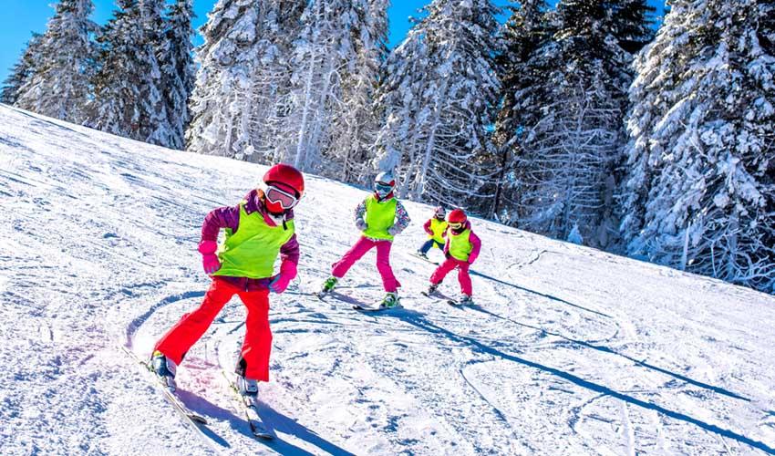 travelski services et skipass enfants en train de skier avec esf