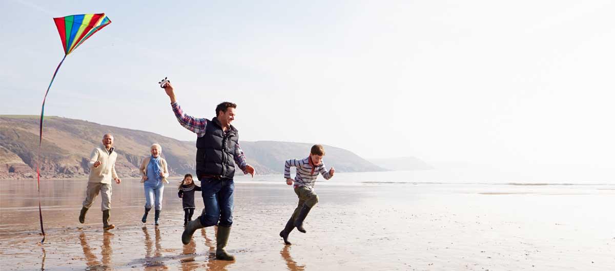 evancy toussaint cote opale famille se promenant sur la plage