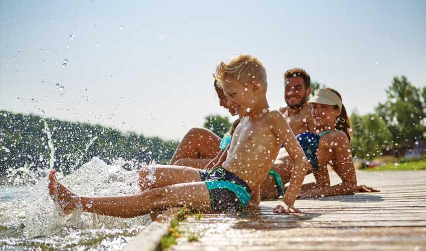 lagrange vacances 4 raisons famille jouant dans l'eau