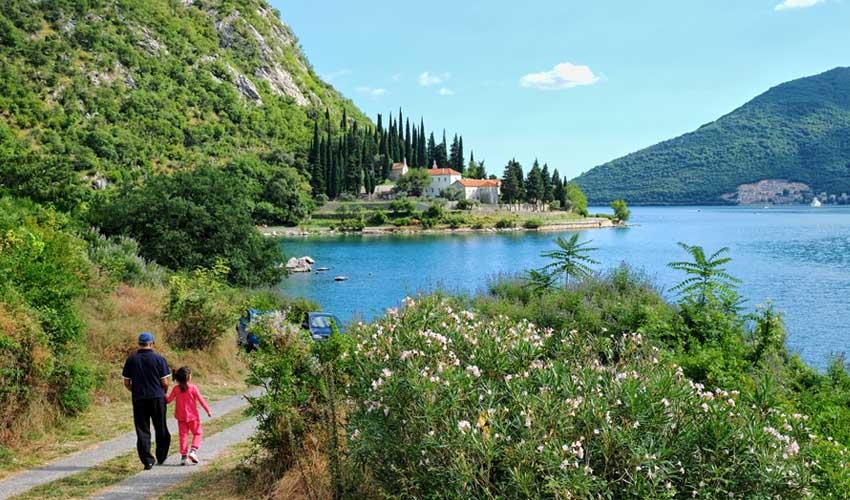 montenegro pas manquer monastere de banja vue sur chemin et lac