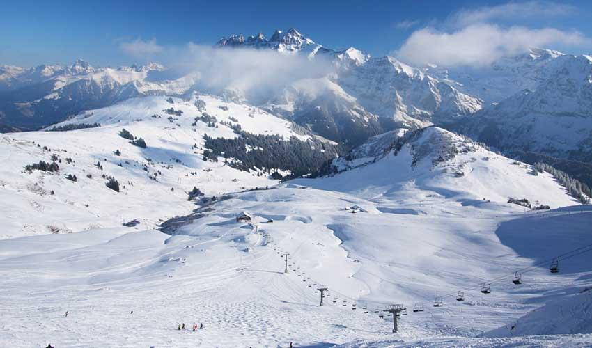 Pistes de ski sous la neige, montagne, France