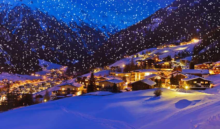 Noël sous la neige à la montagne la nuit, France