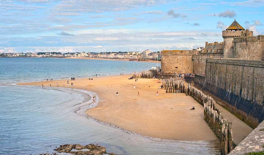 Remparts et plage de Saint-Malo en hiver