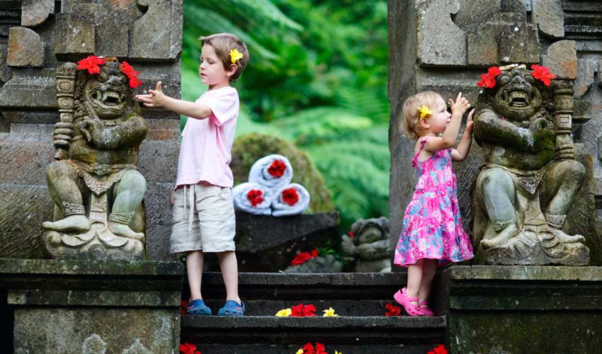 sejour tout compris voyage a l'etranger Bali en juin famille visitant un temple