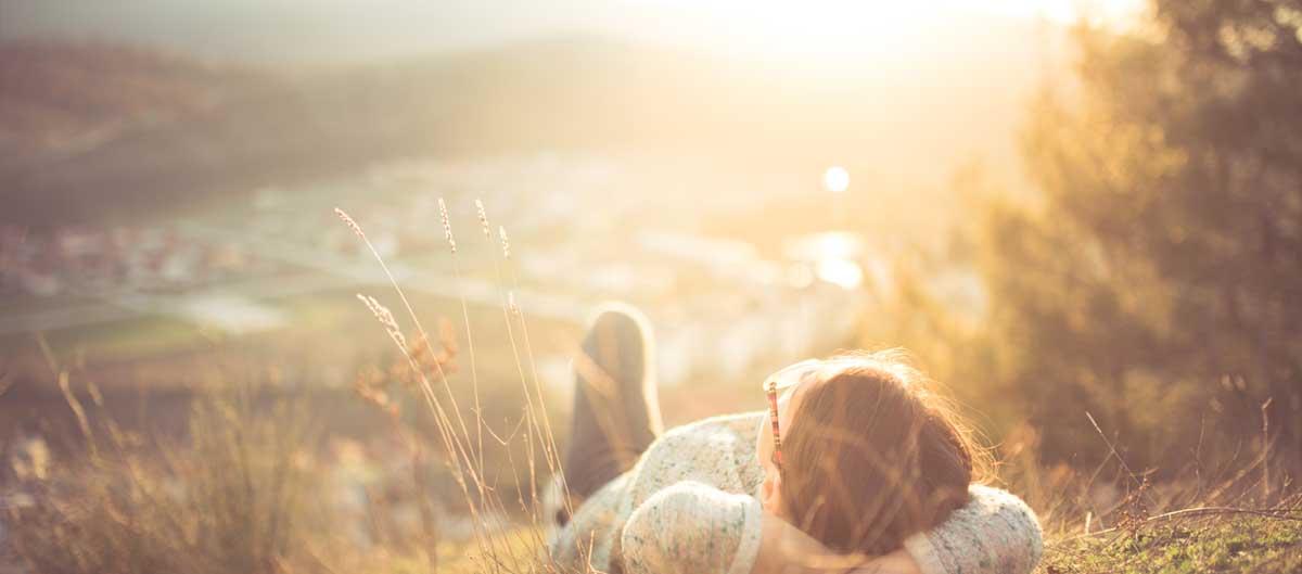 sowell avis image principale fille allongee au soleil