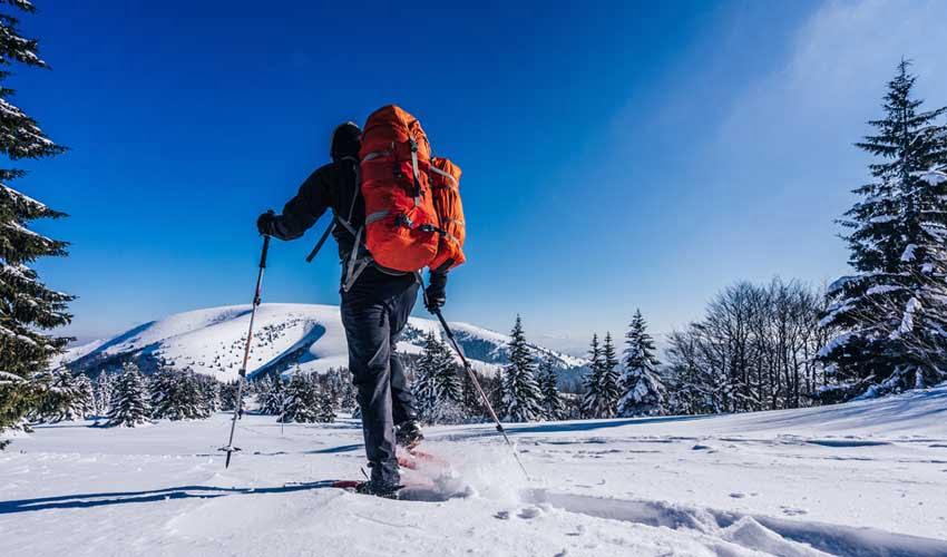 Raquette à neige dans les montagnes en promo avec Travelski