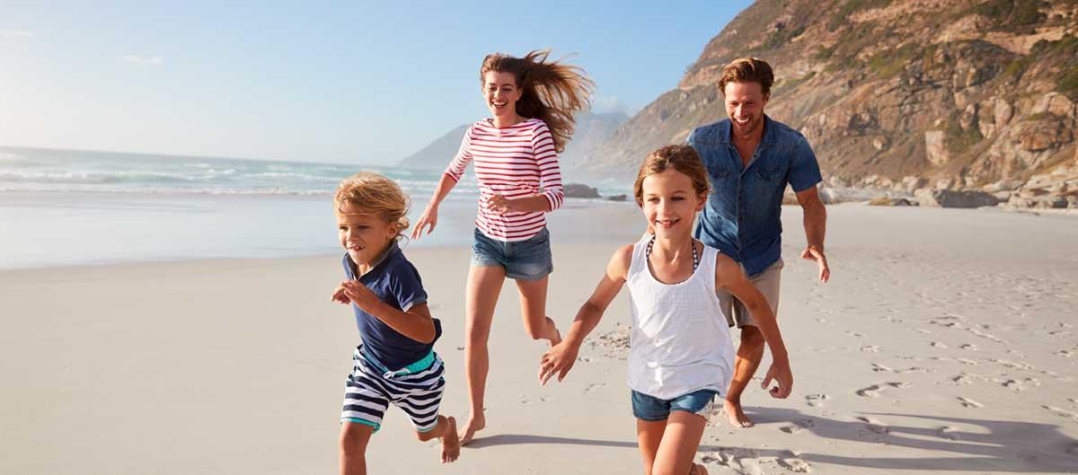 vacances lagrange residences bord de mer  image principale famille courant sur le sable