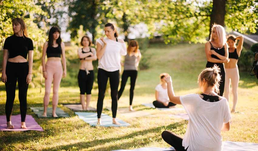 Activité sportive (yoga) en village vacances Pierre & Vacances