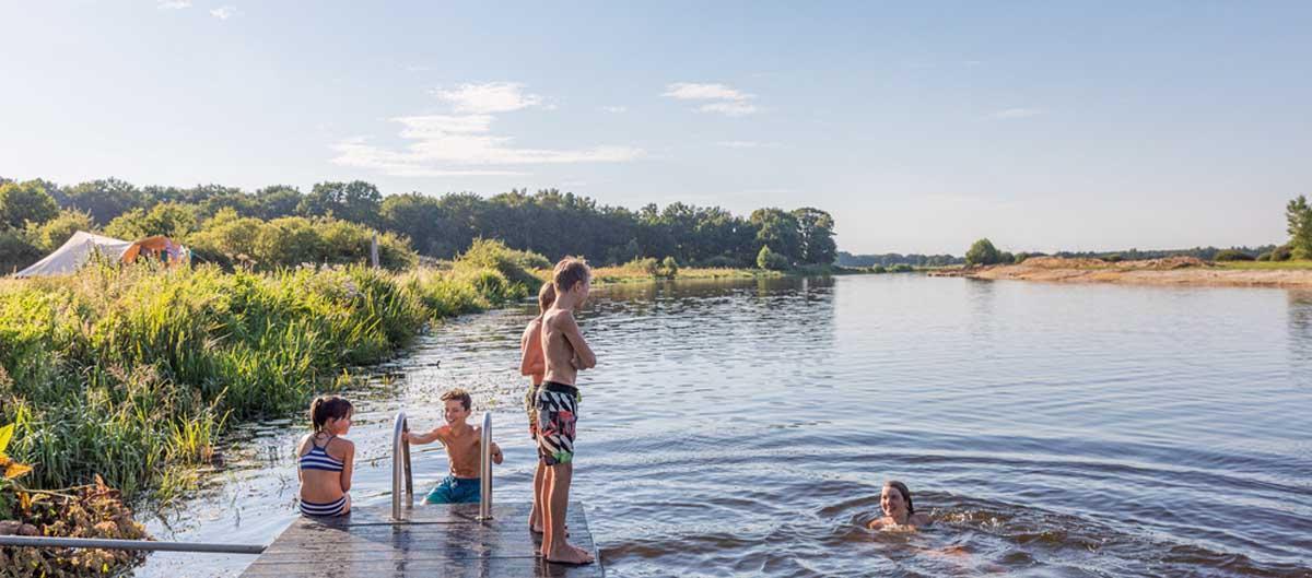 campings pays bas huttopia lac famille enfants jouant dans l'eau image principale