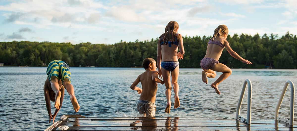 huttopia campings villages lacs image principale enfants qui sautent dans le lac