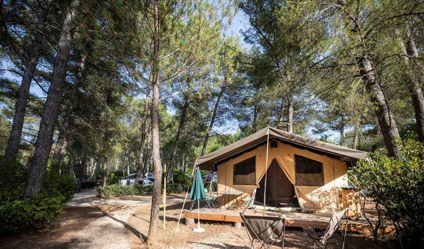 huttopia vacances campagne et terroir camping fontevieille nature et tente toile et bois