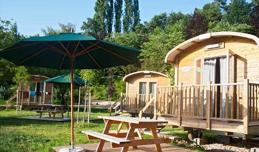 huttopia vacances campagne et terroir camping sarlat hebergements chalet ou roulotte en bois