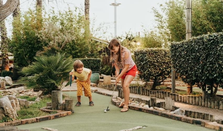 Découvrez le mini-golf en famille