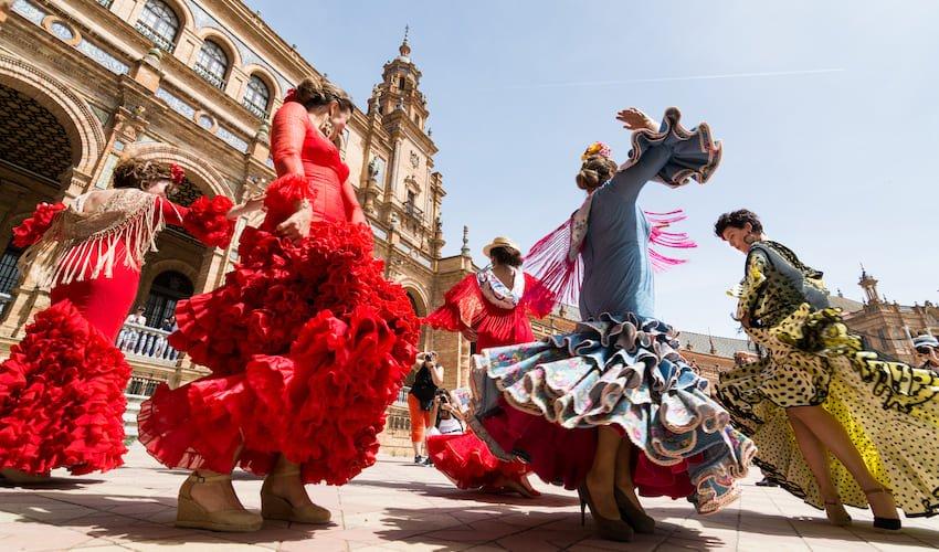 Des jeunes femmes dansent le flamenco sur la Plaza de Espana à Séville.