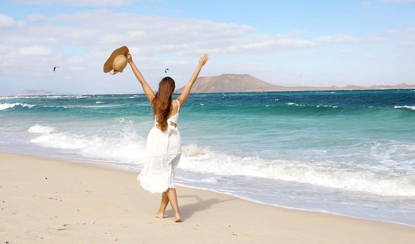 Femme sur la plage des dunes de Corralejo, Fuerteventura, îles Canaries