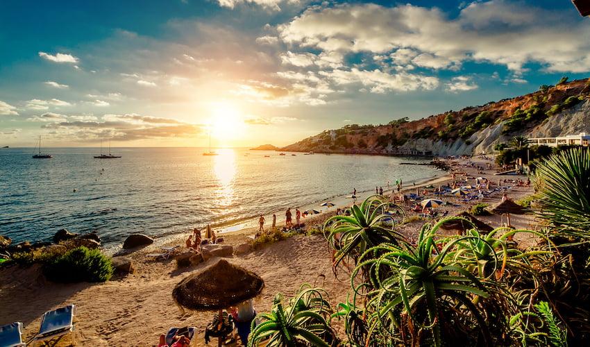 La Cala d'Hort Beach au coucher du soleil, un haut lieu de la fête à Ibiza