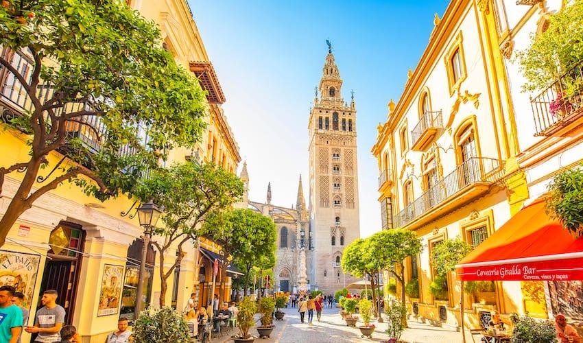 Rue du centre historique de Séville avec la cathédrale et la Giralda en point de mire.
