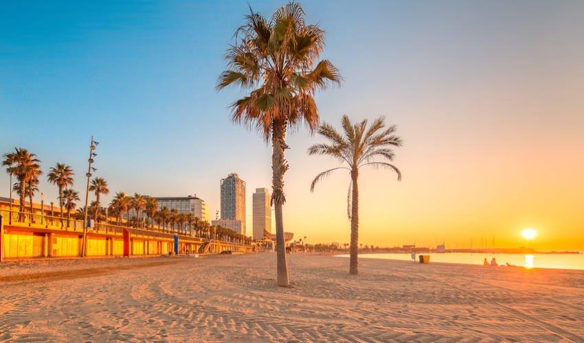 Lever de soleil sur la plage de la Barceloneta.