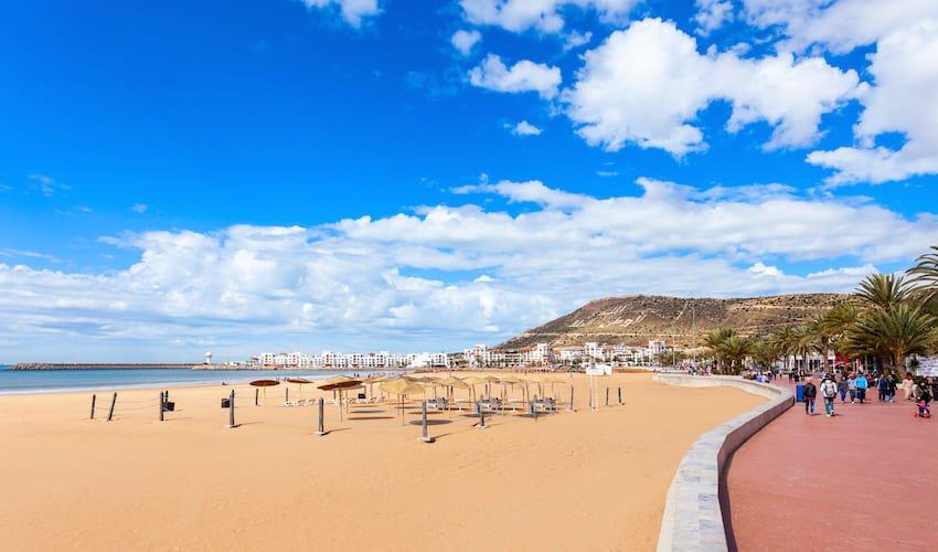 Plage d'Agadir et sa promenade flanquée de nombreux clubs vacances au Maroc.