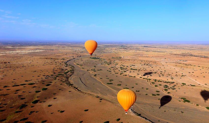 Vol de Montgolfières au-dessus du désert Agafay à proximité de Marrakech.