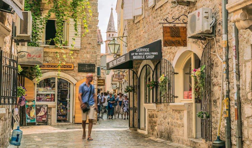 Un homme se promène dans une rue du centre historique de Budva.