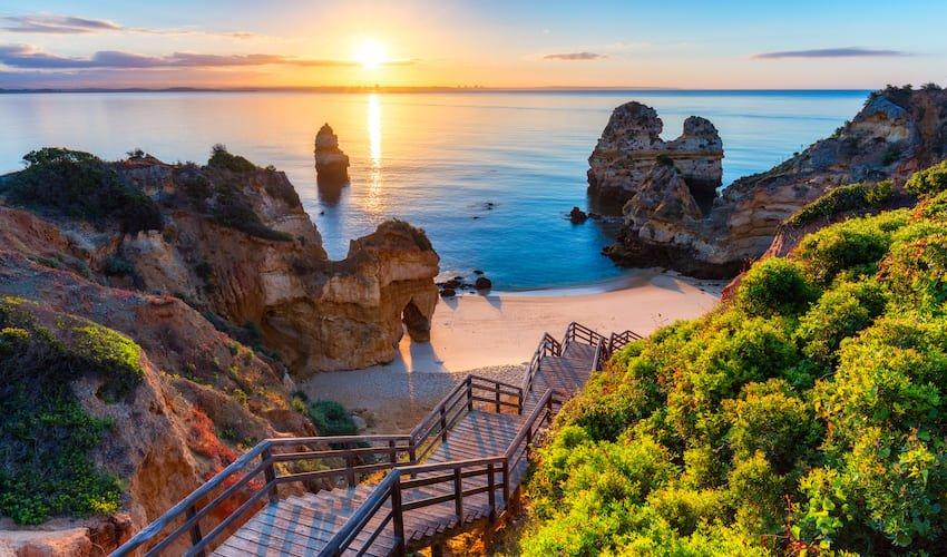 Une crique découpée dans les falaises d'Algarve, Portugal.