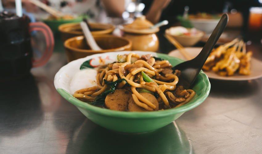 Bol de nouilles à la Thaï, un incontournable de la street food locale.