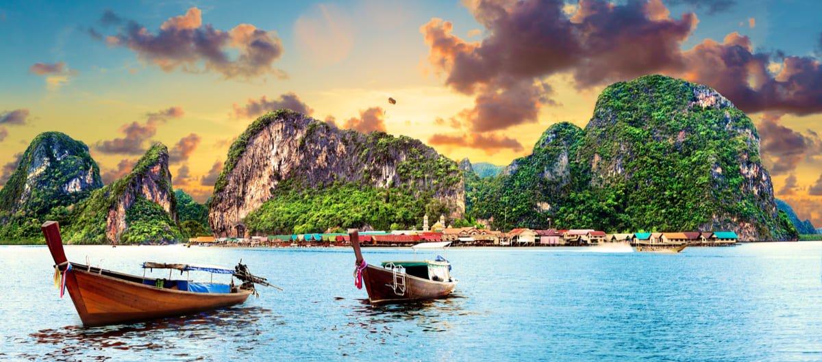 Deux bateaux mouillent au large de l'île de Phuket en Thaïlande.