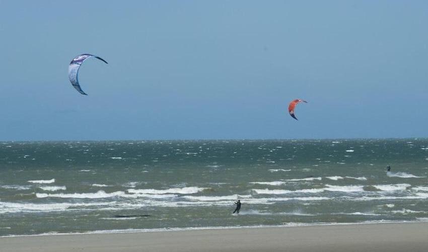 Kite-surfeurs sur la côte d'Opale.