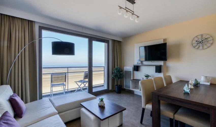 Salon d'un appartement avec vue sur la mer dans la résidence Evancy l'Étoile de mer à Bray-Dunes..