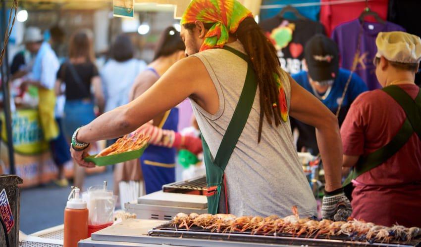 Goûter la street food au marché de Krabi Town, rue Maharaj