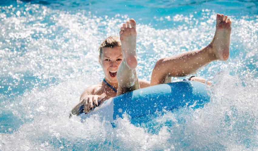 Une femme s'amuse au parc aquatique Oasiria.