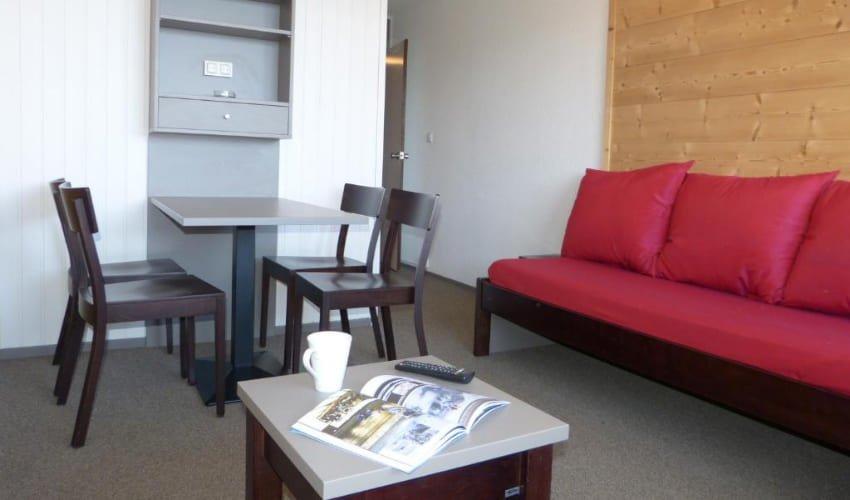 Coin salon et salle à manger d'un appartement de la résidence Skissim Select Aime 2000.