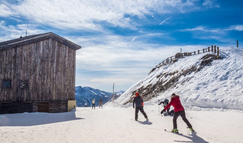 Des skieurs profitent de la neige d'avril à Serre Chevalier.