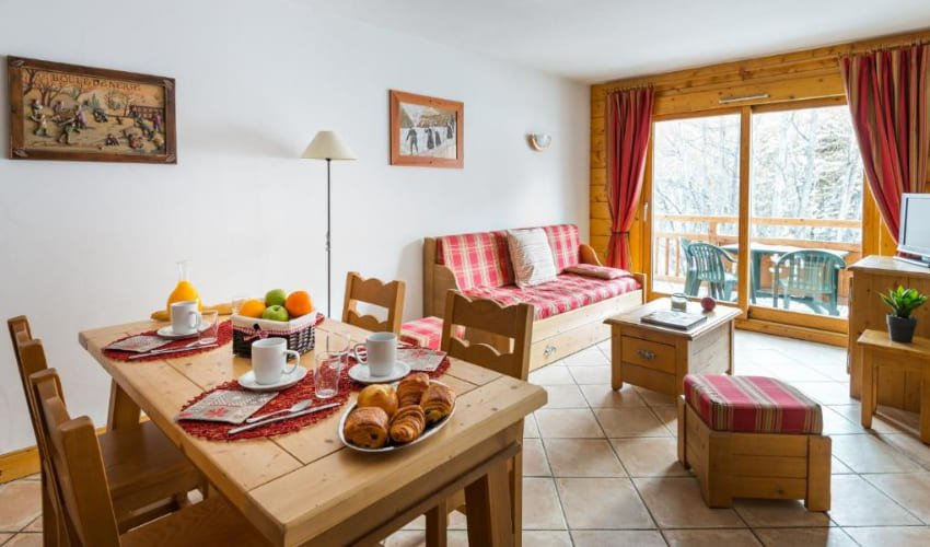 Salon, salle à manger avec terrasse avec vue sur les Alpes.