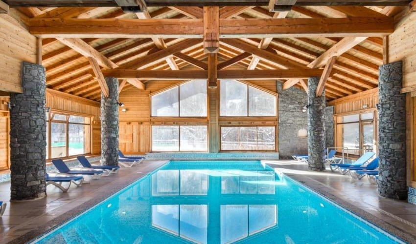 Piscine chauffée intérieure de la résidence Skissim Premium de Serre-Chevalier.