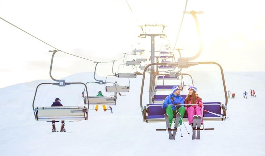 Des skieurs sur un télésiège.